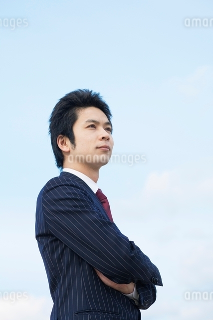 腕組みをするビジネスマンの写真素材 [FYI01537914]