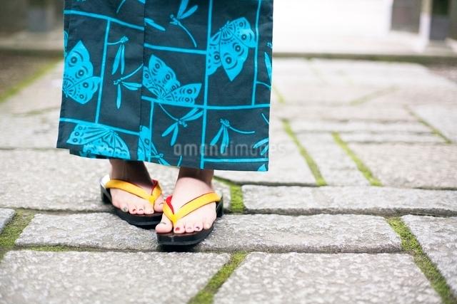 浴衣を着た女性の足元の写真素材 [FYI01537930]