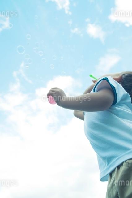 シャボン玉を吹く男の子の写真素材 [FYI01538026]