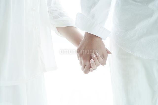 つないだ男女の手の写真素材 [FYI01538034]