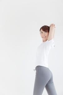 ストレッチをする女性の写真素材 [FYI01538086]