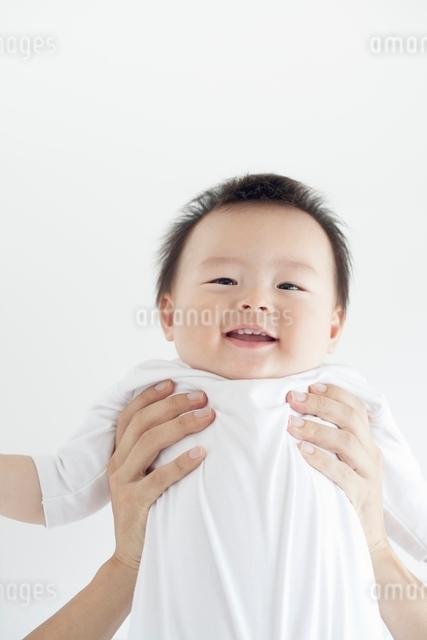父親に抱き上げられて笑う赤ちゃんの写真素材 [FYI01538089]