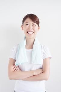 腕組みをする笑顔の女性の写真素材 [FYI01538110]