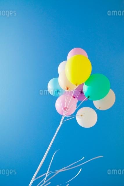 青空と風船の写真素材 [FYI01538164]