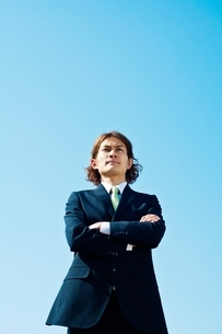 腕組みをするビジネスマンの写真素材 [FYI01538190]