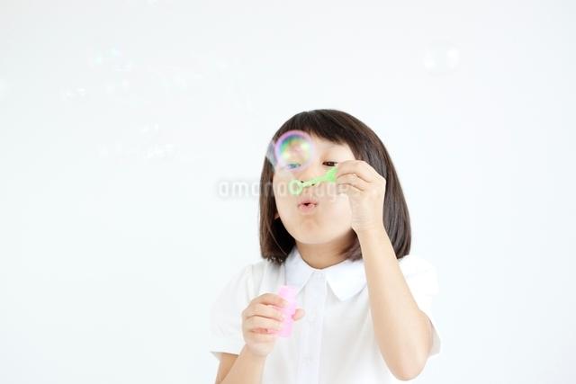 シャボン玉を吹く女の子の写真素材 [FYI01538308]