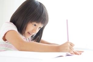 勉強をする小学生の女の子の写真素材 [FYI01538310]