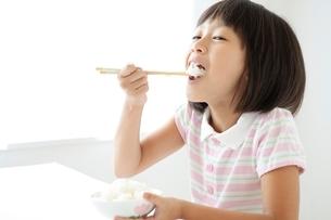 ご飯を食べる女の子の写真素材 [FYI01538320]
