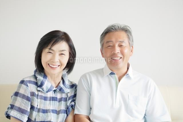 寄り添う笑顔のシニア夫婦の写真素材 [FYI01538359]