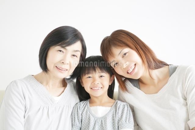 笑顔の女性三世代親子の写真素材 [FYI01538360]