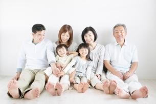 三世代家族の写真素材 [FYI01538369]