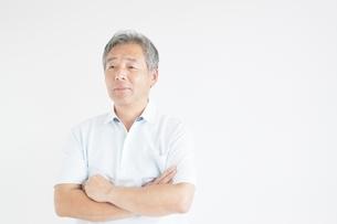 腕組みをする日本人シニア男性の写真素材 [FYI01538386]