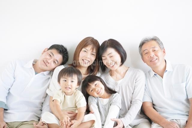 三世代家族の写真素材 [FYI01538388]