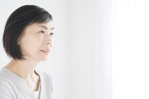 日本人シニア女性の横顔の写真素材 [FYI01538389]