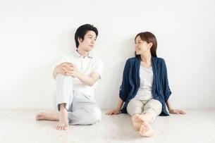 見つめ合う日本人カップルの写真素材 [FYI01538428]