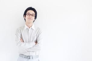 腕組みをして見上げる日本人男性の写真素材 [FYI01538467]