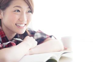 勉強する女子大生の写真素材 [FYI01538494]