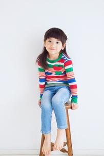 イスに座る女の子の写真素材 [FYI01538514]