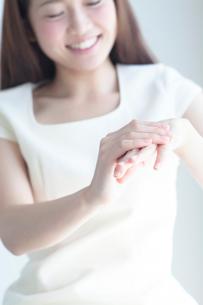 ハンドケアをする20代女性の写真素材 [FYI01538537]