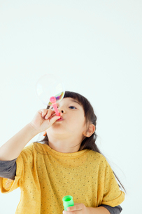 シャボン玉をする女の子の写真素材 [FYI01538564]
