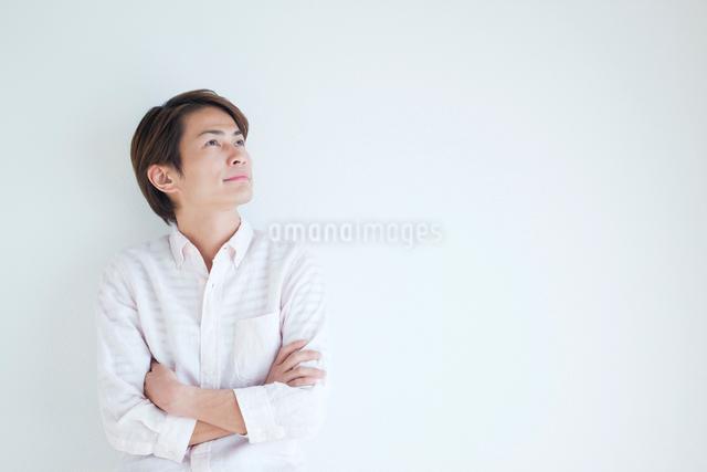 見上げる男性の写真素材 [FYI01538570]