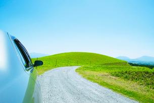 青空と道と自動車の写真素材 [FYI01538579]