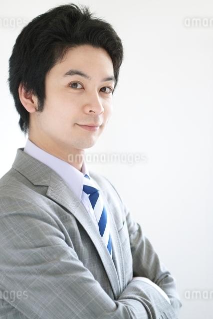 腕組みをする日本人ビジネスマンの写真素材 [FYI01538798]