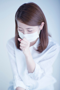 マスクをして咳き込む女性の写真素材 [FYI01538923]