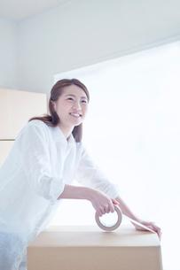 引越の荷造りをする笑顔の女性の写真素材 [FYI01538924]