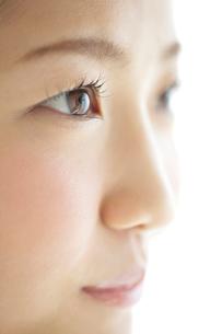 20代女性の横顔の写真素材 [FYI01539028]