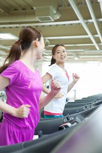 ランニングマシンで走る女性の写真素材 [FYI01539066]