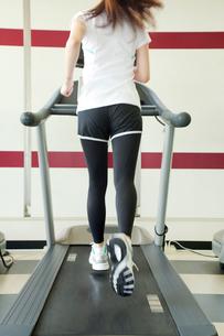 ランニングマシンで走る女性の後ろ姿の写真素材 [FYI01539130]