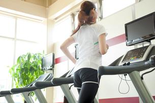 ランニングマシンで走る女性の写真素材 [FYI01539131]
