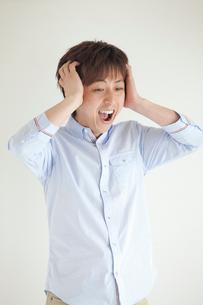 頭をおさえる日本人男性の写真素材 [FYI01539187]