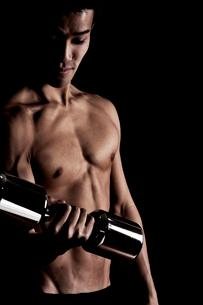 トレーニングする男性の写真素材 [FYI01539225]
