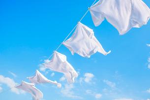 青空と洗濯物の写真素材 [FYI01539254]