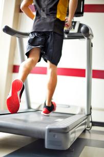 ランニングマシンで運動する男性の写真素材 [FYI01539270]