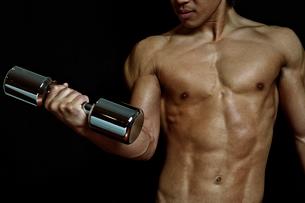 ダンベルを持つ筋肉質の男性の写真素材 [FYI01539276]
