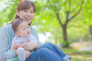 赤ちゃんと笑顔の母親の写真素材 [FYI01539622]