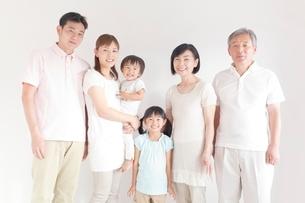 日本人三世代家族の写真素材 [FYI01539625]
