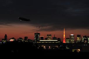 東京タワーと飛行船夜景の写真素材 [FYI01539921]