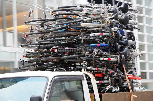 自転車を積んだトラックの写真素材 [FYI01539953]