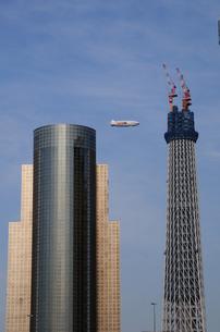 東京スカイツリーと飛行船の写真素材 [FYI01540372]