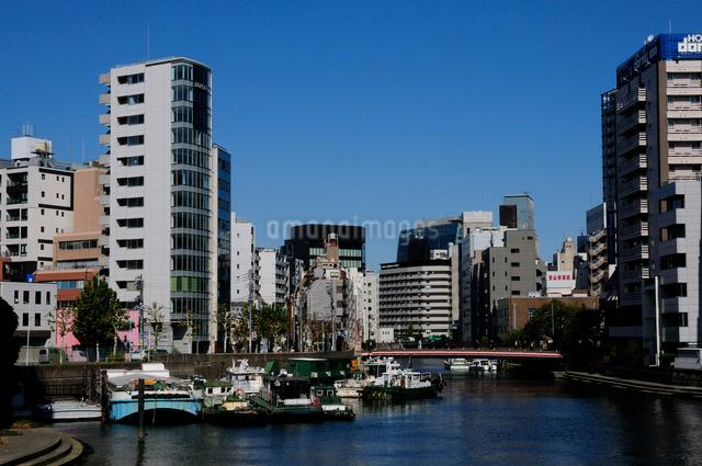 亀島川と八丁堀のビル群の写真素材 [FYI01540462]