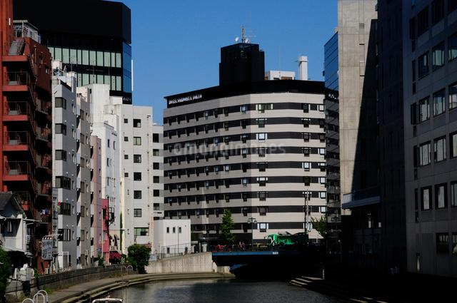 亀島川と八丁堀のビル群の写真素材 [FYI01540476]