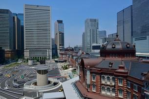 東京駅丸の内駅舎とその周辺の写真素材 [FYI01541532]
