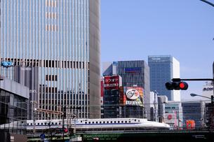 有楽町付近を通過する東海道新幹線の写真素材 [FYI01541643]