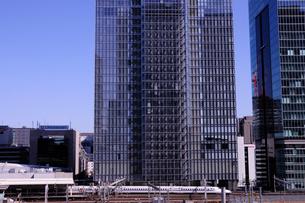 八重洲のビルと東海道新幹線の写真素材 [FYI01541671]