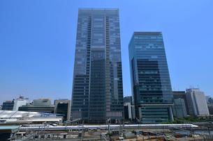 八重洲のビルと東海道新幹線の写真素材 [FYI01541707]