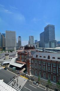 東京駅丸の内駅舎とその周辺の写真素材 [FYI01541747]